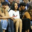 Rihanna assiste avec une amie au match de basketball caritatif RN Summer Classic au Barclays Center. Brooklyn, le 21 août 2014.