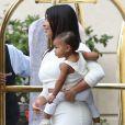 """Kim Kardashian à la sortie de l'hôtel """"Peninsula Beverly Hills"""" avec sa fille North à Beverly Hills, le 25 août 2014."""