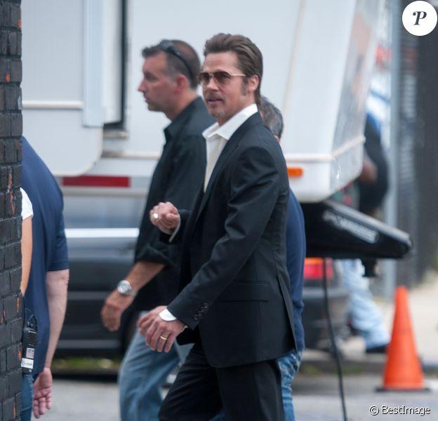 Brad Pitt, porte fièrement son anneau de mariage lors d'un tournage dans les rues de New York le 31 août 2014.