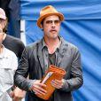 Brad Pitt laisse apparaître sa bague à New York le 30 août 2014.