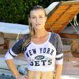 Joanna Krupa, ultrasexy en t-shirt mouillé à l'effigie des New York Jets et bikini, se baigne à Los Angeles. Le 2 septembre 2014.