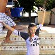 Joanna Krupa relève l'Ice Bucket Challenge, en t-shirt et bikini. Los Angeles, le 2 septembre 2014.