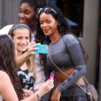 Rihanna, sexy en crop-top et legging Alexander Wang pour H&M (collection disponible à partir du 6 novembre), se balade dans le quartier de SoHo. New York, le 7 septembre 2014.