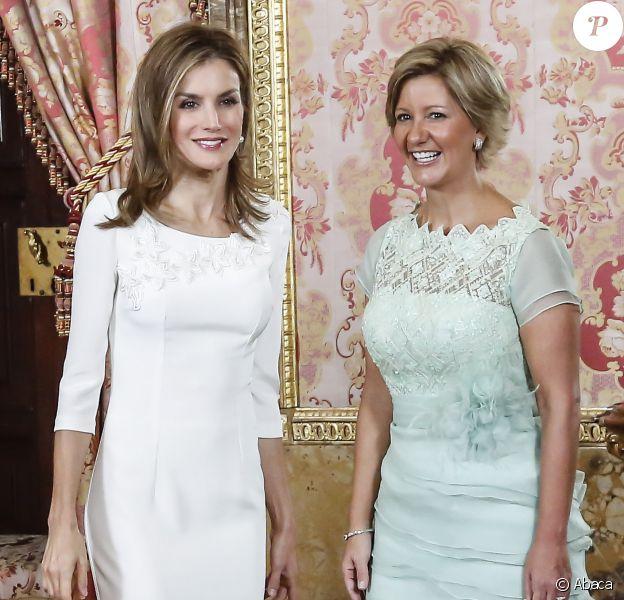 Letizia et Lorena, un duo qui a du style ! Le roi Felipe VI et son épouse la reine Letizia d'Espagne recevaient le 8 septembre 2014 à déjeuner au palais du Pardo, à Madrid, le président du Panama, Juan Carlos Varela, et sa femme la journaliste Lorena Castillo.