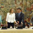 La reine Letizia d'Espagne, entourée des ministres Ana Mato, Jose Ignacio Wert et Ana Pastor, en audience au palais Zarzuela à Madrid le 9 septembre 2014 pour évoquer les maladies rares.