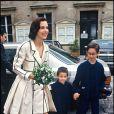 Carole Bouquet avec ses fils Dimitri et Louis le jour de son mariage avec Jacques Leibowitch en 1991
