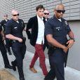 Vitalii Sediuk arrêté et menotté après avoir agressé Brad Pitt lors de la première de Malefique à Los Angeles le 28 mai 2014.