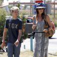 """Cindy Crawford et son fils Presley se rendent au """"Chili Cook Off"""" à Malibu le 31 aout 2014."""