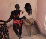 Kim Kardashian : Kanye West, conspué, se console avec une belle main aux fesses
