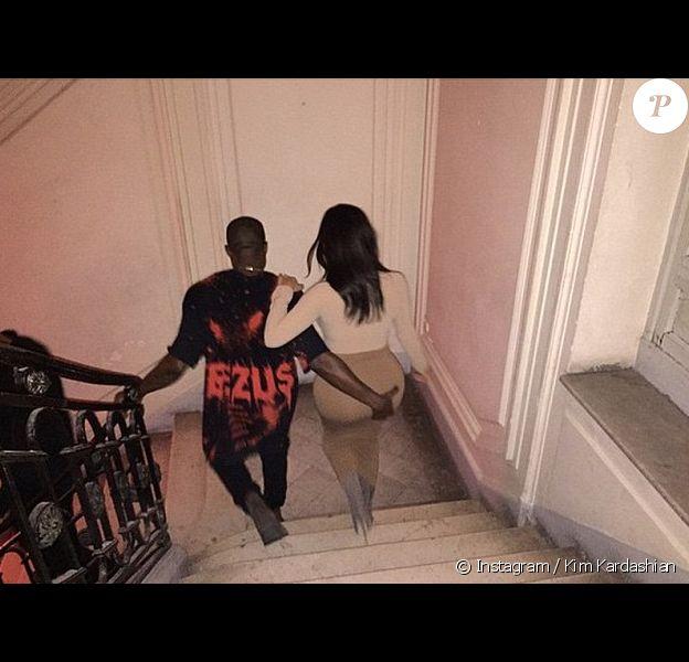 Kanye West attrape copieusement les fesses de sa femme Kim Kardashian à Paris, en septembre 2014.
