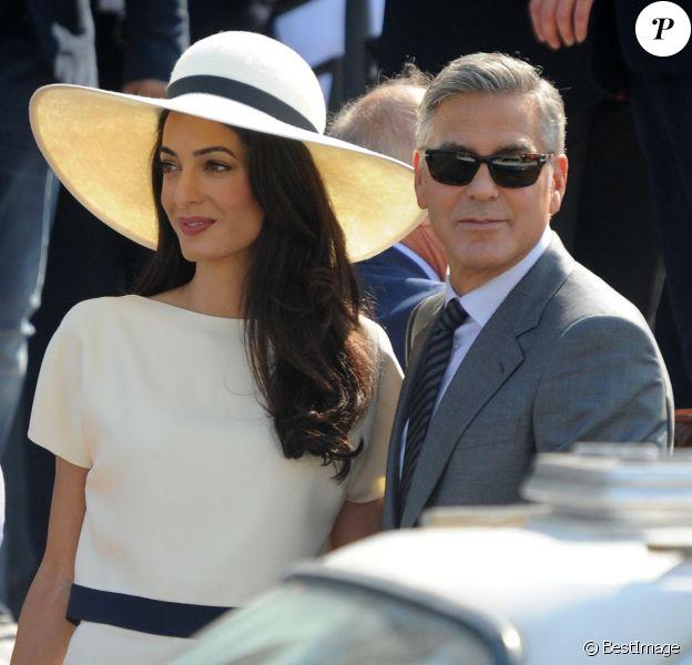 George Clooney et sa femme Amal Alamuddin quittent le palais de Ca Farsetti à Venise, le 29 septembre 2014 après leur mariage civil à la mairie de Venise.
