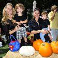 Molly Sims, son fils Brooks, Jamie-Lynn Sigler et son fils Beau assistent à une fête d'Halloween à l'hôtel Mondrian à Los Angeles, le 28 septembre 2014.