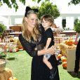 Molly Sims et son fils Brooks assistent à une fête d'Halloween à l'hôtel Mondrian à Los Angeles, le 28 septembre 2014.