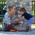 Molly Sims et son fils Brooks dans un parc de Beverly Hills, le 7 septembre 2014.