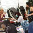 Amber Rose en pleine manicure au salon Nail Garden à Studio City. Los Angeles, le 1er octobre 2014.