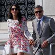 George Clooney et Amal Alamuddin (en    Giambattista Valli) , portant leurs alliances, apparaissent pour la première fois après leur mariage, le 28 septembre 2014, quittant l'Aman Grande Canal Venice après leur nuit de noces pour rallier le Cipriani pour un brunch avec leurs proches.