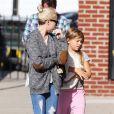 Michelle Williams dans les rues de New York avec sa fille Matilda, le 6 octobre 2014.