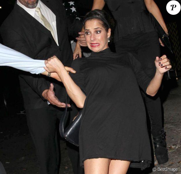 """Kelly Monaco chute à la sortie de la boîte de nuit """"Warwick"""" à Hollywood, le 10 octobre 2014."""