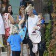 Gwen Stefani emmènent ses fils Zuma et Apollo à une fête d'anniversaire à Sherman Oaks, le 11 octobre 2014.