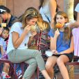 Belle journée entre filles ! Cindy Crawford et sa fille Kaia Jordan à Disneyland en Californie le 19 octobre 2014.