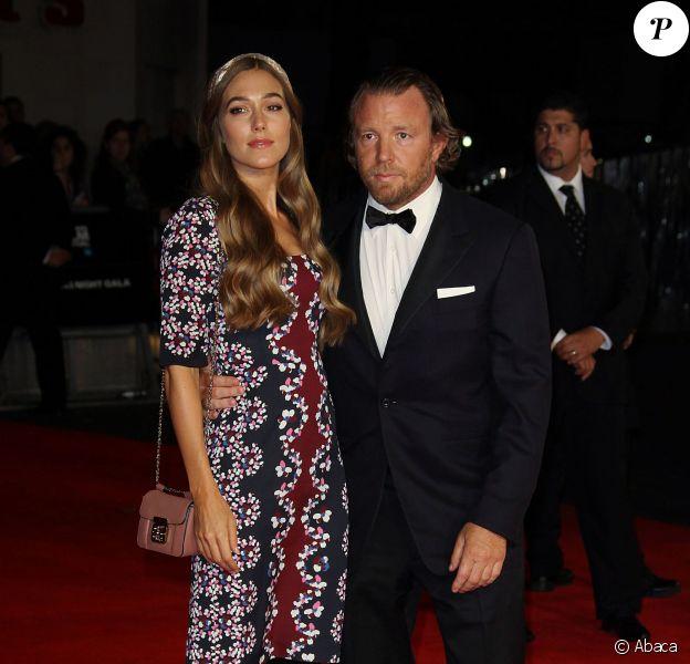 Guy Ritchie et sa bien-aimée Jacqui Ainsley lors de l'avant-première à Londres du film Fury, dans le cadre du BFI Festival le 19 octobre 2014. Le mannequin a accouché l'été dernier
