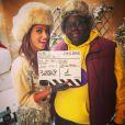 """La chanteuse Tal sur le tournage du programme court """"Nos chers voisins"""" (TF1). La série proposera une soirée avec des guests pour Noël. Elle pose ici avec Issa Doumbia. Octobre 2014."""