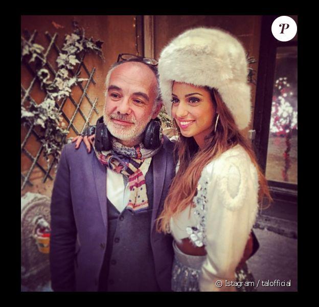 """La chanteuse Tal sur le tournage du programme court """"Nos chers voisins"""" (TF1). La série proposera une soirée avec des guests pour Noël. Elle pose ici avec le réalisateur du programme, Roger Delattre. Octobre 2014."""