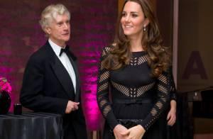 Kate Middleton, enceinte : Marraine plutôt sexy, en action avec son micro-bump