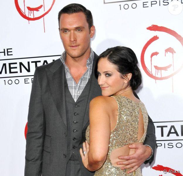 Owain Yeoman et sa compagne Gigi Yallouz le 13 octobre 2012 lors de la soirée célébrant le 100e épisode de la série Mentalist, à Los Angeles. Le couple s'est marié le 7 septembre 2013 à Malibu.
