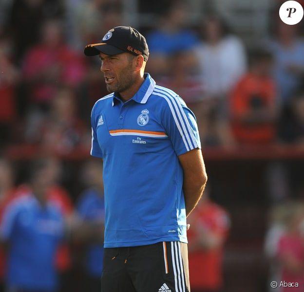 Zinédine Zidane, entraîneur adjoint très assidu de Carlo Ancelottilors du match au Goldsands Stadium face à Bournemouth Le 21 juiillet 2013