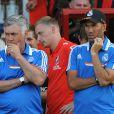 Zinédine Zidane, pousse le mimétisme à fond auprès de l'entraîneur Carlo Ancelotti lors du match du Real Madrid au Goldsands Stadium face à Bournemouth Le 21 juiillet 2013