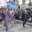 """Cara Delevingne, et Karl Lagerfeld - Défilé """"Chanel"""" collection prêt-à-porter printemps-été 2015 lors de la fashion week au Grand Palais à Paris le 30 septembre 2014."""