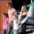 Lorenzo Lamas et Shauna Sand avec leurs trois filles Alexandra, Victoria et Isabella, à Los Angeles, le 13 octobre 2008.