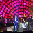 Eddy Mitchell et son ami Johnny Hallyday - Premier concert des Vieilles Canailles au Palais Ominisports de Paris Bercy, le 5 novembre 2014.
