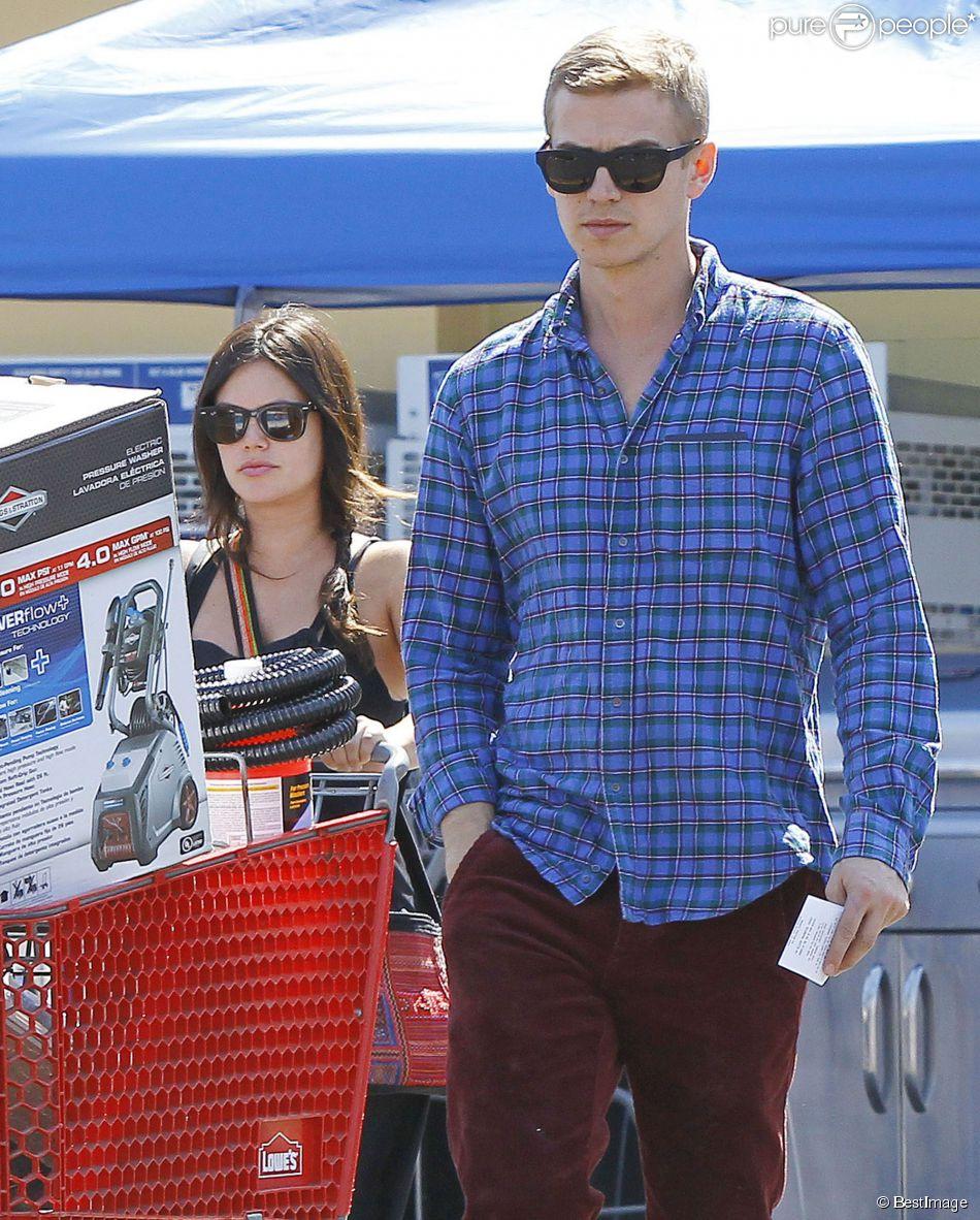 """Exclusif - Rachel Bilson très enceinte et son compagnon Hayden Christensen font du shopping chez """"Lowe"""" à Los Angeles, le 8 octobre 2014."""