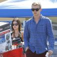 """Exclusif - Rachel Bilson, très enceinte, et son compagnon Hayden Christensen font du shopping chez """"Lowe"""" à Los Angeles, le 8 octobre 2014."""