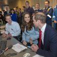 Le prince William et Kate Middleton visitent la raffinerie de Valero Pembroke au Pays de Galles, le 8 novembre 2014.