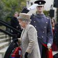 """La reine Elisabeth II (accompagnée du roi Philippe de Belgique) lors de l'inauguration du """"Flanders Fields Memorial Garden"""" aux Wellington Barracks à Londres, le 6 novembre 2014."""