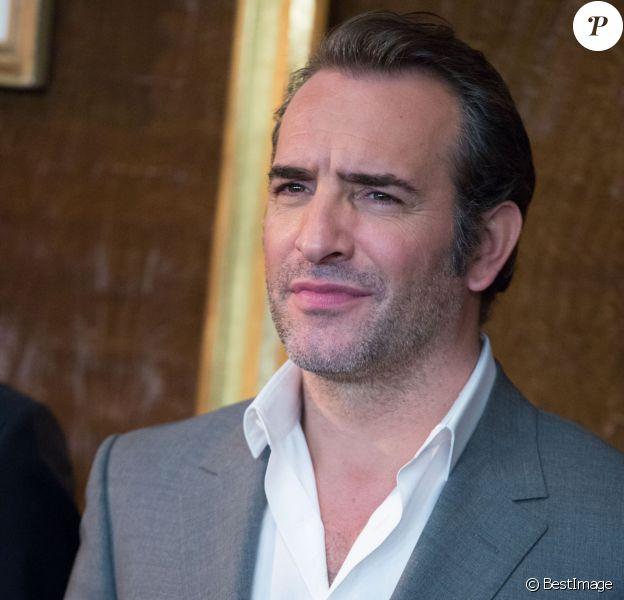 """Jean Dujardin lors du photocall du film """"Monuments Men"""" à l'hôtel Bristol à Paris le 12 février 2004."""