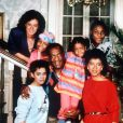 Bill Cosby entouré du casting du Cosby Show, le 30 novembre 1986 à Los Angeles
