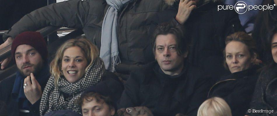 Guillaume Gouix, Alysson Paradis, Benjamin Biolay et Vanessa Paradis au match de football PSG-Nice (1-0) au Parc des Princes à Paris le 29 novembre 2014.