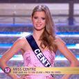 Miss Centre défile en robe de princesse lors de la cérémonie de Miss France 2015 sur TF1, le samedi 6 décembre 2014.