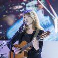 Carla Bruni chante lors du dîner LINK pour AIDES, le 8 décembre, au Palais d'Iéna, à Paris.