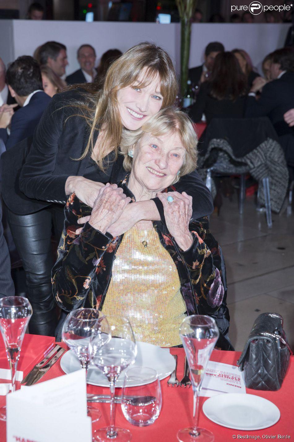 Carla Bruni et sa mère Marisa lors du dîner LINK pour AIDES, le 8 décembre, au Palais d'Iéna, à Paris.
