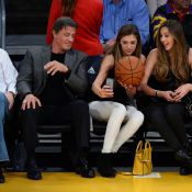 Sylvester Stallone aux anges avec ses 3 filles, joyeuses supportrices des Lakers