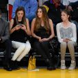 Sylvester Stallone et ses filles Sistine, Sophia et Scarlet lors d'un match de basket des Lakers à Los Angeles, le 7 décembre 2014.