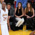 Sylvester Stallone et ses filles Sistine, Sophia et Scarlet supportent les Lakers à Los Angeles, le 7 décembre 2014.