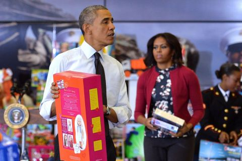 Barack et Michelle Obama, complices, jouent au Père Noël