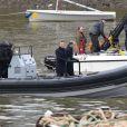 """Daniel Craig et Rory Kinnear tournent une scène sur la Tamise pour le nouveau film James Bond """"Spectre"""" à Londres, le 15 décembre 2014"""