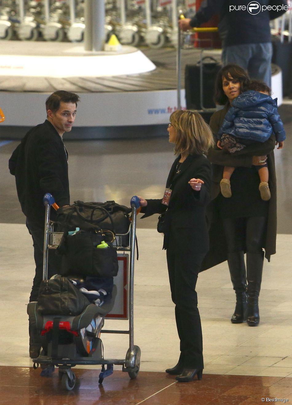 Olivier Martinez, sa femme Halle Berry et leur fils Maceo arrivent à l'aéroport Charles de Gaulle à Paris, le 19 décembre 2014. Ils vont passer les fêtes de Noël dans la famille de l'acteur.